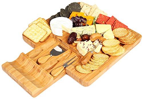 Kenley Käseschneidebrett mit Besteck Set – 4 Käsemesser und 4 Schiefer Etiketten – Bambus Käsebrett Käse Brett Käseplatte aus Holz